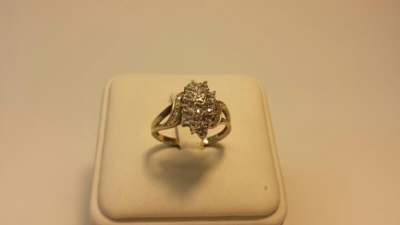 10k Yellow Gold Ring with 30 Diamonds at .15ctw - 1.7dwt - Size 6.5