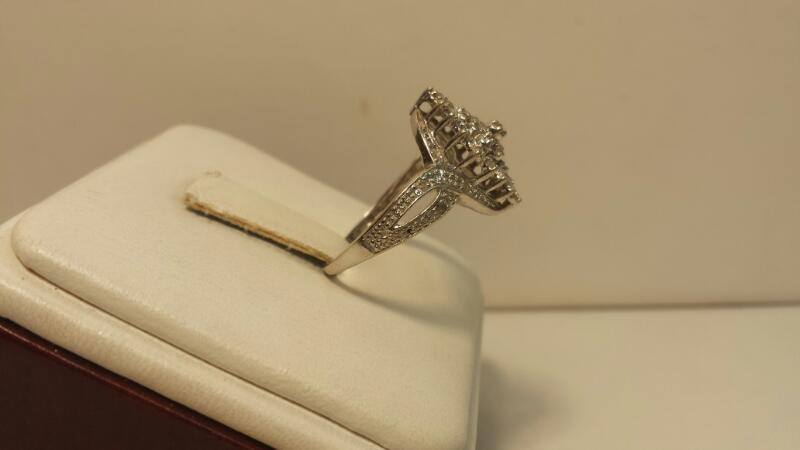 10k White Gold Ring with 27 Diamonds at .27ctw - 1.6dwt - Size 7