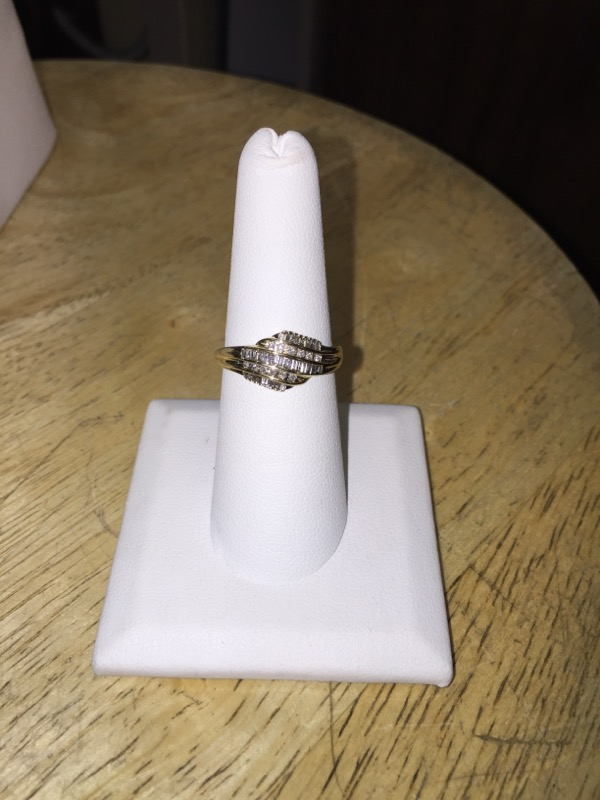 Lady's Diamond Cluster Ring 8 Diamonds .08 Carat T.W. 10K Yellow Gold 1.8g