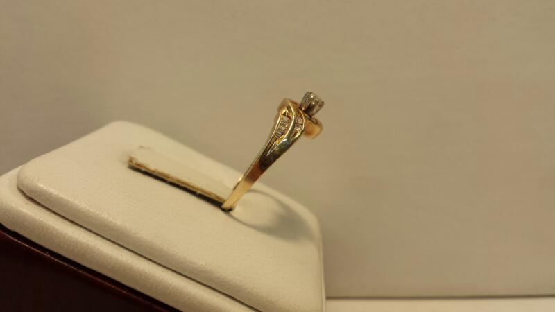 10k Yellow Gold Ring with 21 Diamonds at .27ctw - 1.2dwt - Szie 7