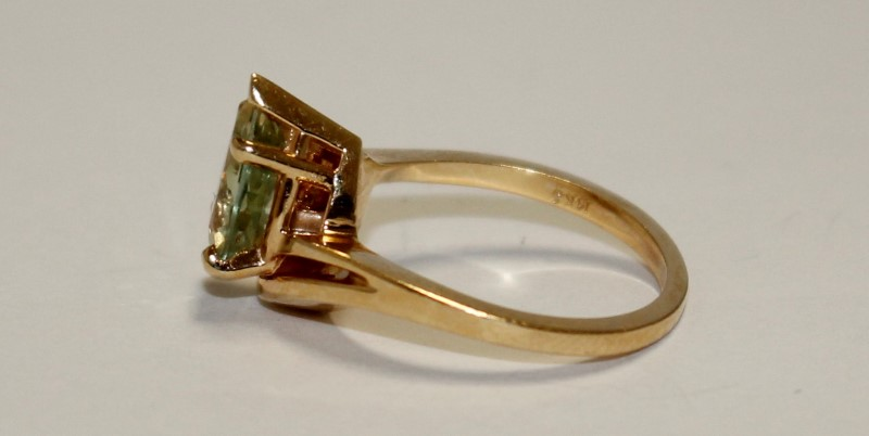 GREEN LADIES STONE RING 10K White Gold 2.63g