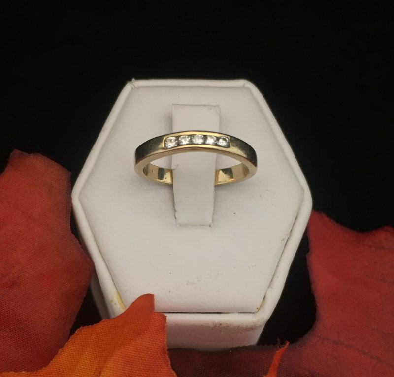 Beautiful Ladies Five Diamond 14 Karat Yellow Gold Ring (Size 4.75) 2.46 Grams