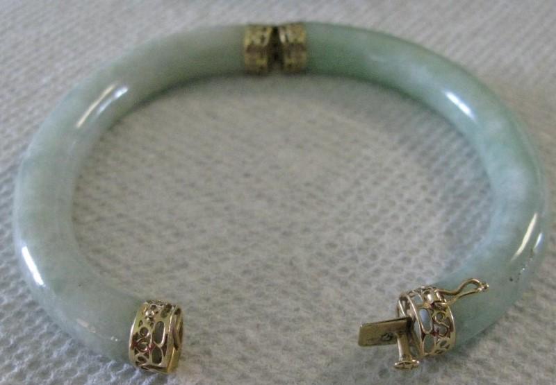 Hinged Jade & Gold Oval Bangle Bracelet 14K Yellow Gold Filigree 26.1dwt