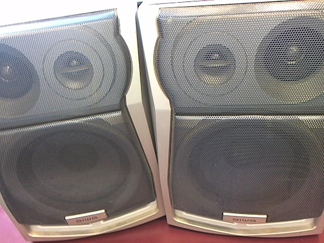 AIWA BOOKSHELF SPEAKERS