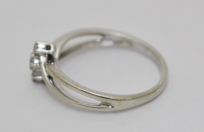10K White Gold Unique 3-Stone Diamond Twist Ring Size 7