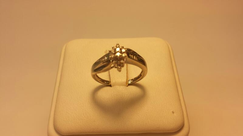 10k White Gold Ring with 20 Diamonds at .28ctw - 1.5dwt - Size 5.5