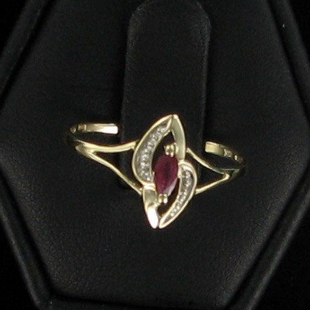 Red Stone Lady's Stone Ring 10K Yellow Gold 0.8dwt