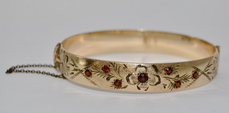 10K Yellow Gold Vintage Floral Etched Mine Cut Garnet Hinged Bangle Bracelet