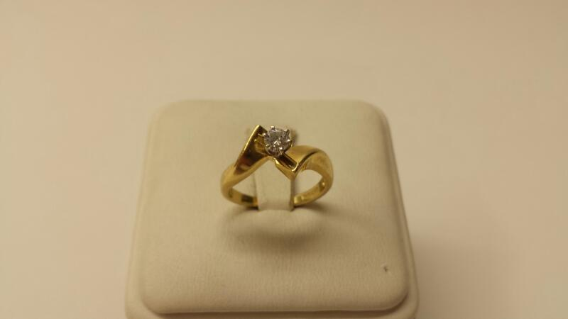 14k Yellow Gold Rind with 1 Round Diamond at .22ctw - 1.8dwt - Size 5.5