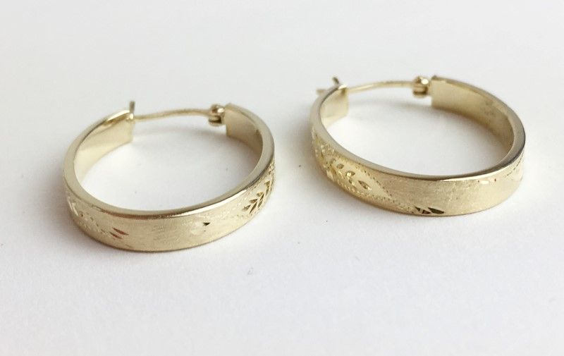 14K YG ENGRAVED DESIGN OVAL HOOP EARRINGS 2.62g