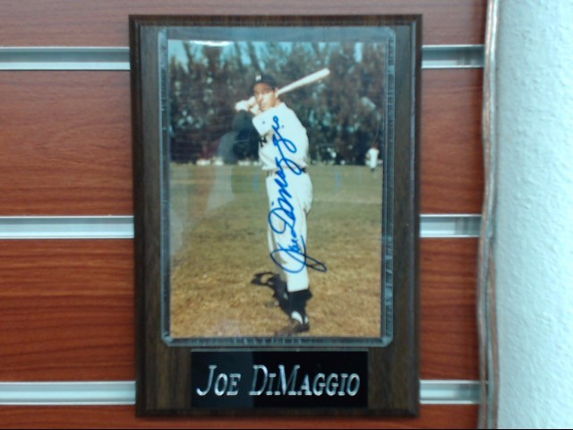 JOE DIMAGGIO Sports Memorabilia SIGNED PHOTOGRAPH