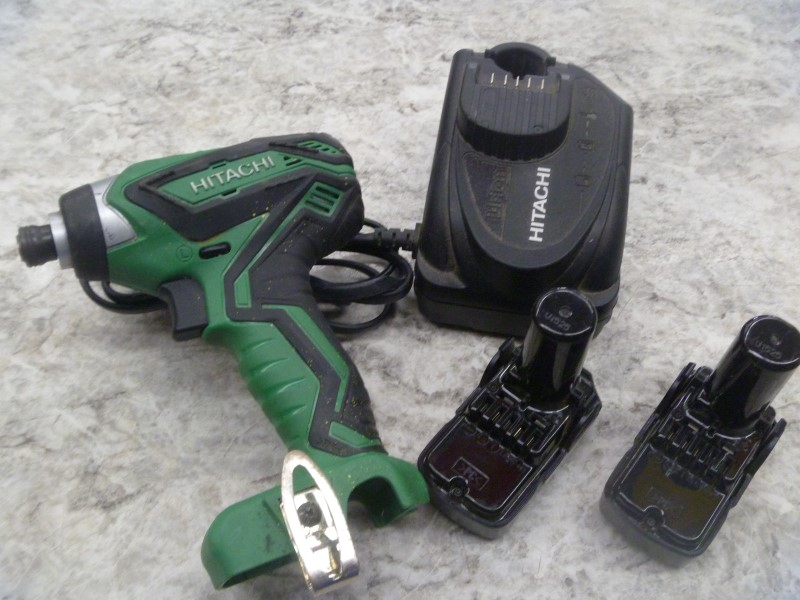 HITACHI IMPACT WRENCH WH 10DFL2 - WITH 2 BATTERIES AND CHARGER