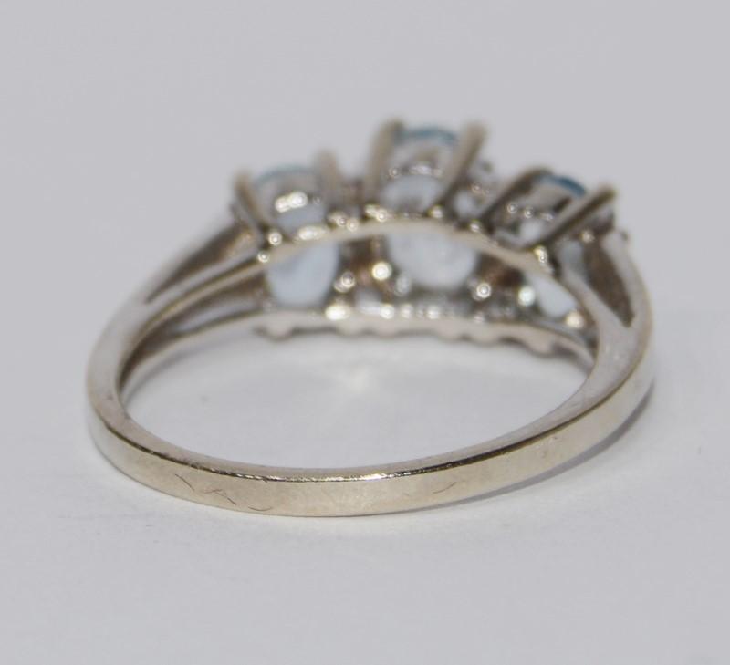 10k White Gold Oval Three Stone Aquamarine Ring Size 7