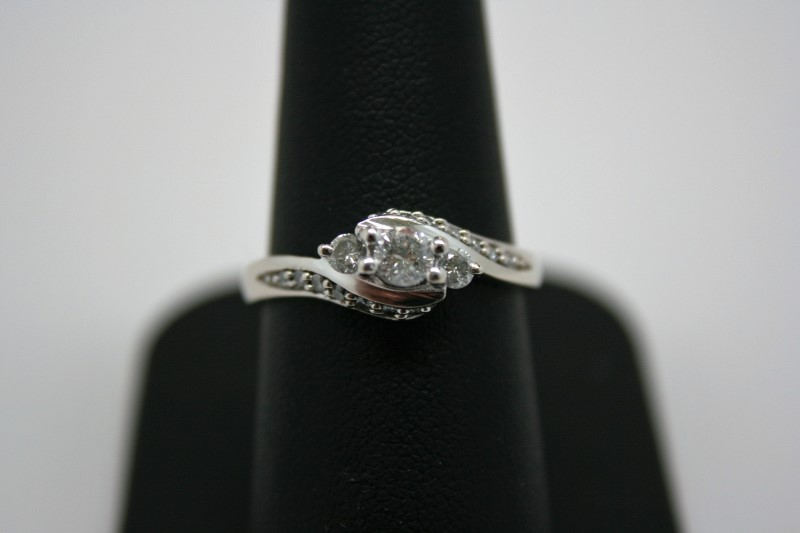 LADY'S FASHION DIAMOND RING 10K WHITE GOLD