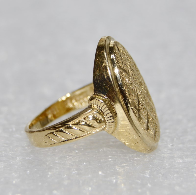 18K Yellow Gold Oval Shaped Textured Sparkling Criss-Cross Ring sz 7