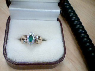 Green Stone Lady's Stone Ring 10K Yellow Gold 1.9g