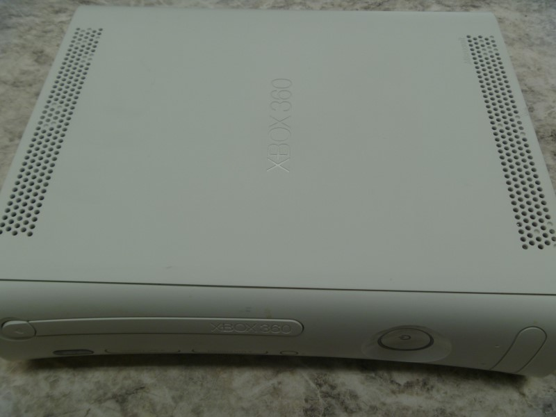 MICROSOFT XBOX 360 - 4GB - ONE CONTROLLER - POWER SUPPLY