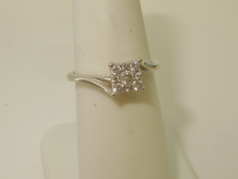 DIAMOND ENGAGEMENT RING - WHITE GOLD