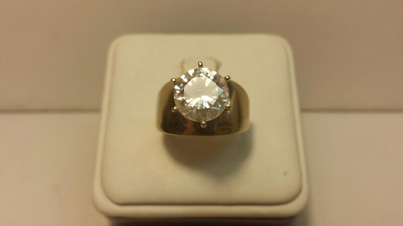 10k Yellow Gold Ring with 1 White Stone at 4.8ctw - 3dwt - Size 8
