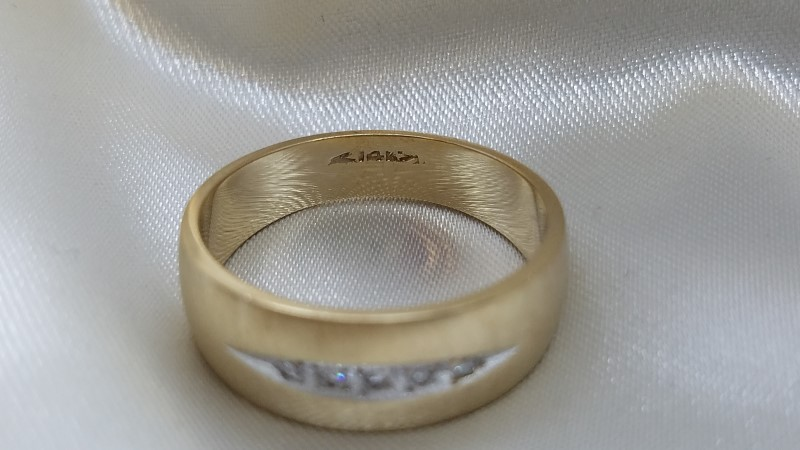Gent's Gold-Diamond Wedding Band 5 Diamonds .05 Carat T.W. 14K Yellow Gold 7.4g