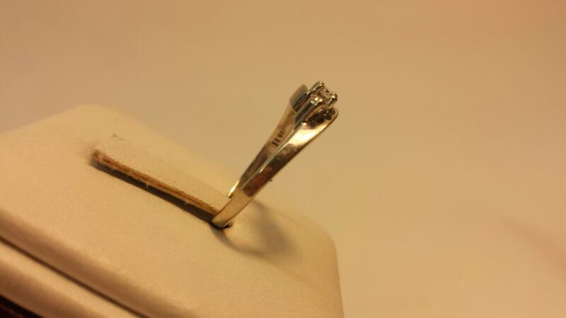 14k White Gold Rin with 3 Diamonds at .21ctw - 1.6dwt - Size 6