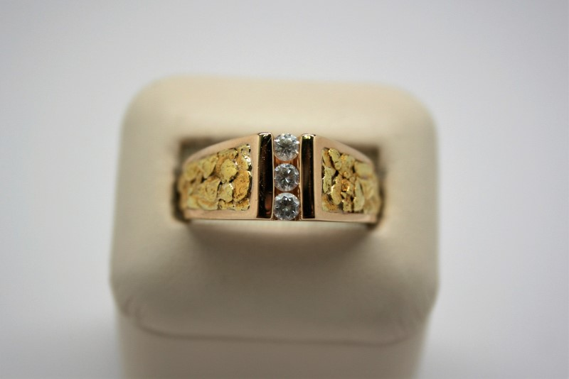 GENT'S NUGGET STYLE RING W/ WHITE STONES 14K/18K YELLOW GOLD