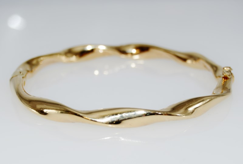 14K Yellow Gold Polished Twisted Hinged Italian Bangle Bracelet