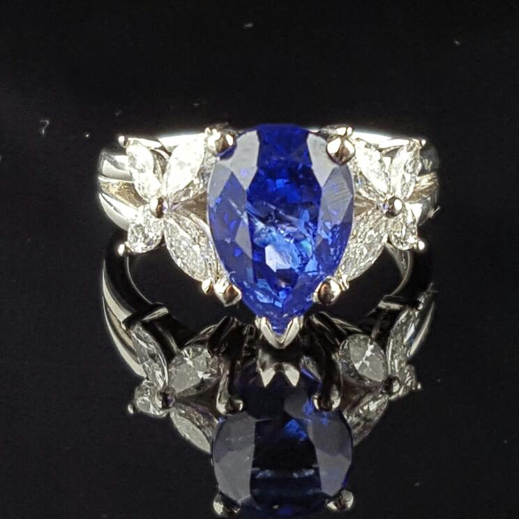 Lady's tanzanite & Diamond Ring 8 Diamonds .83 Carat T.W. 18K White Gold 7.0g