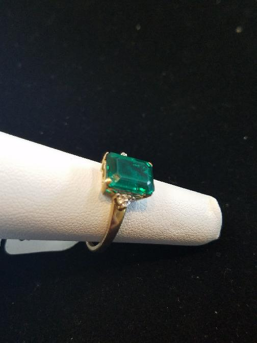 Green Lady's Stone Ring 10K Yellow Gold 2g Size:7 (Free S/H)