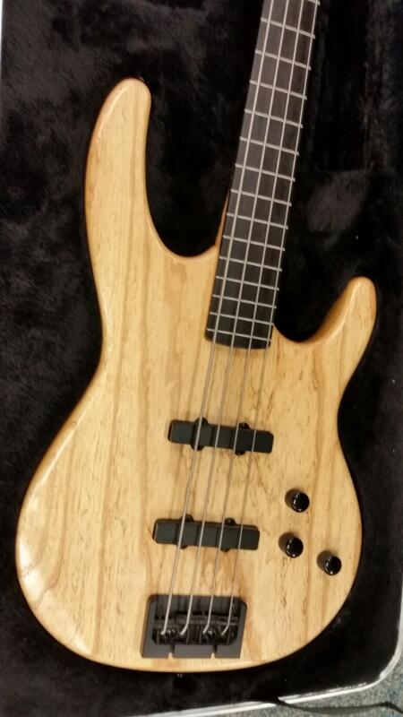 CARVIN BASS BK40 RIGHT HANDED 4 STRING GUITAR W/ CASE]