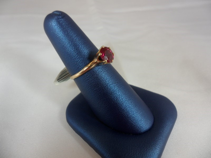 Red Stone Lady's Stone Ring 14K Yellow Gold 2g