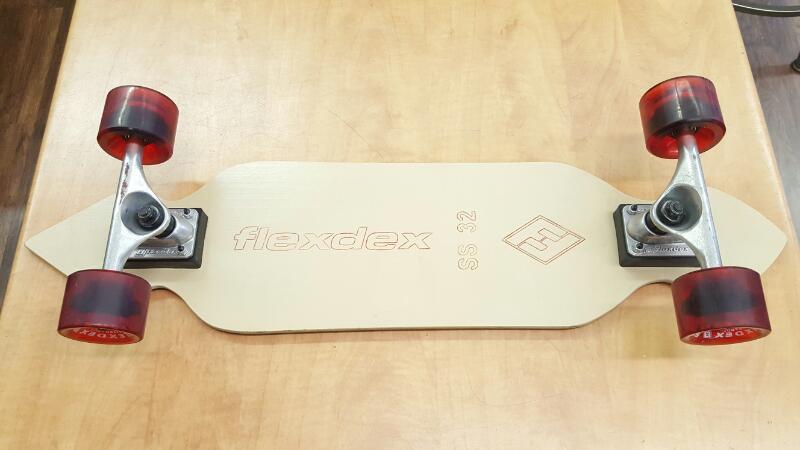 FLEXDEX Skateboard SS 32 w/red wheels