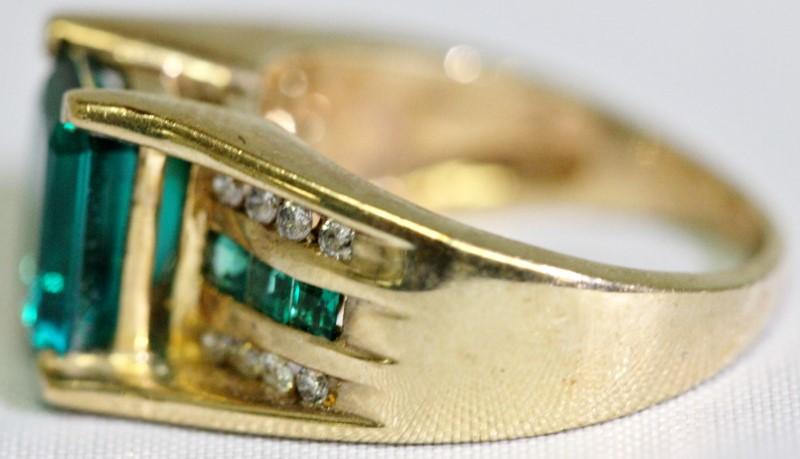 Synthetic Green Stone Lady's Stone & Diamond Ring 16 Diamonds 0.16 Carat T.W. 10