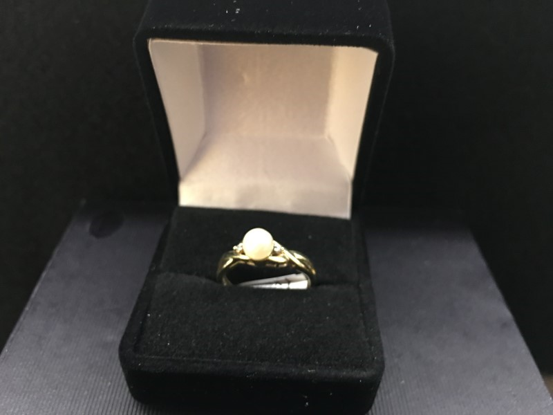 Synthetic Pearl Lady's Stone Ring 10K Yellow Gold 1.1dwt