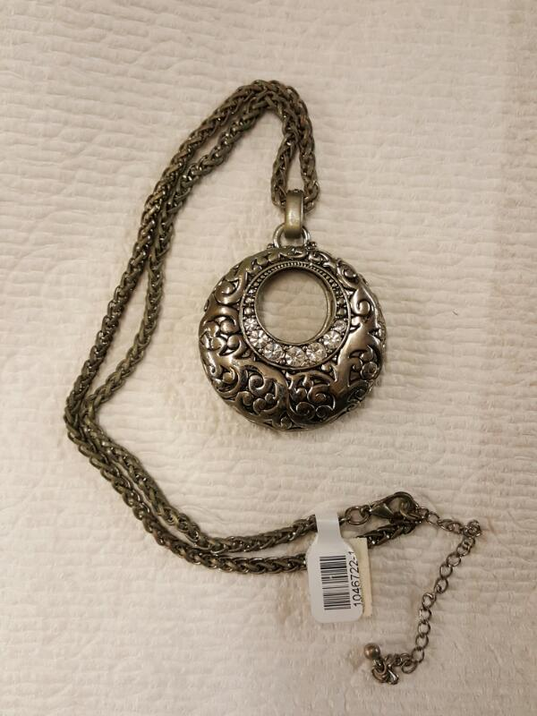 NECKLACE JEWELRY JEWELRY; ROUND PENDANT WITH HOLE CRYSTAL ACCENTS ON ROUND ANCHO